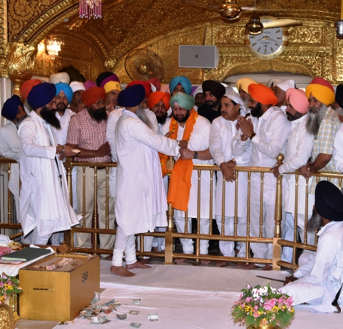 Amarinder visits Harmandir Sahib, Durgiana Mandir for the first time after being re-elected as CM